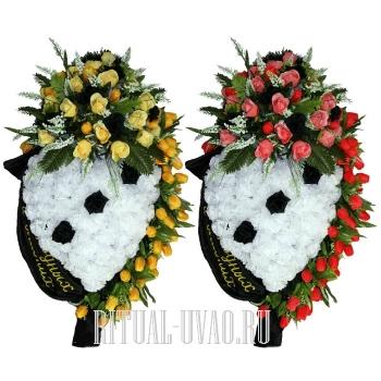 Два траурных венка - желтые и коралловые тюльпаны
