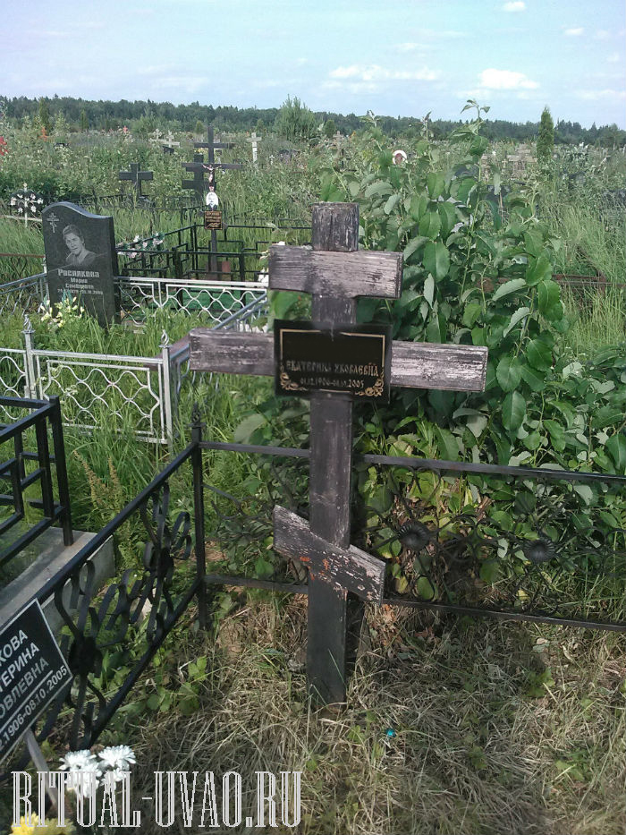 Крест на могиле совсем обветшал