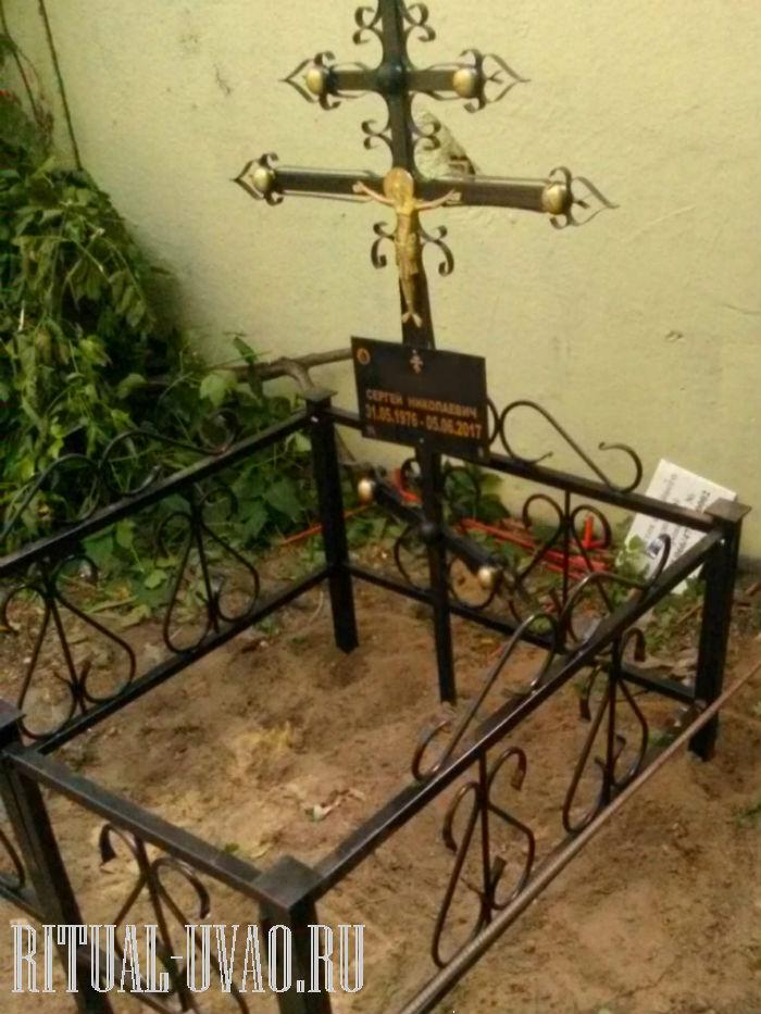 Купили и заменили крест на могиле недорого