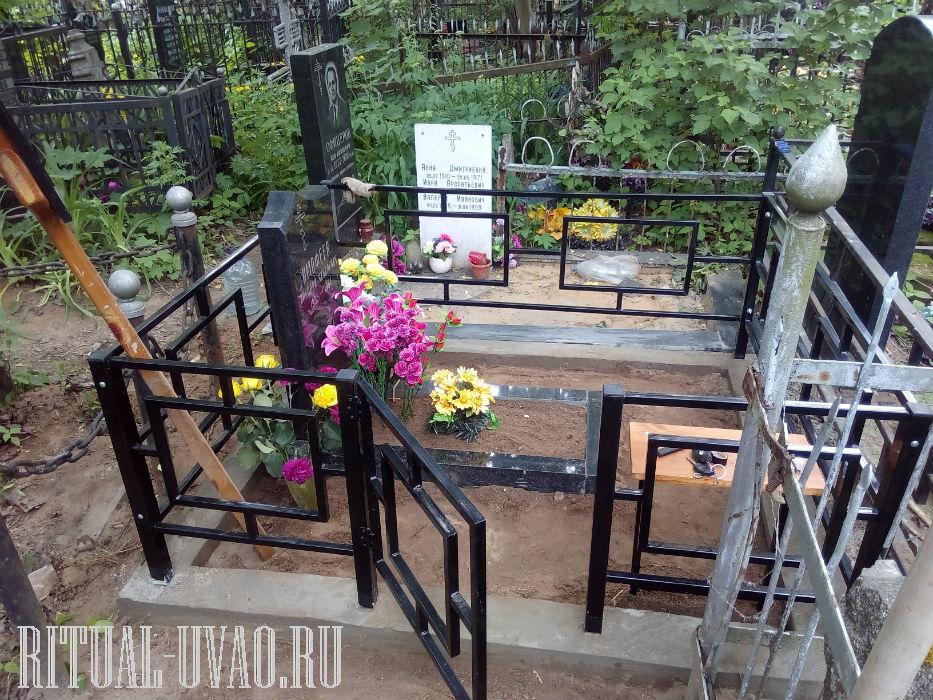 Поставить памятник на место, оградить цоколем могилу