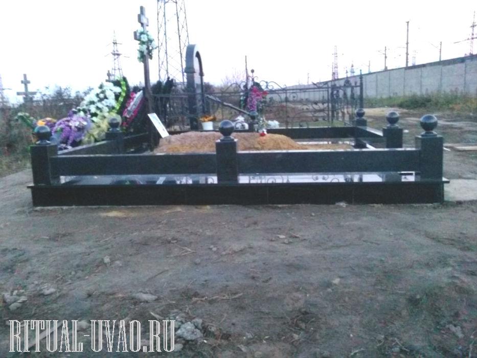 Оформление могилы черным гранитом.