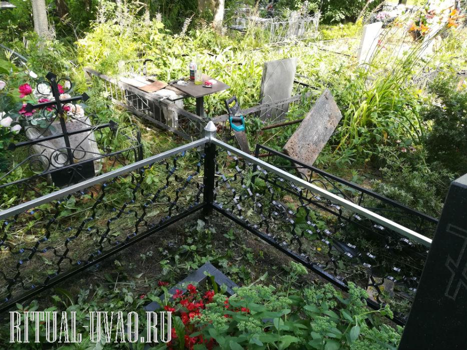 Покраска металлической ограды на кладбище