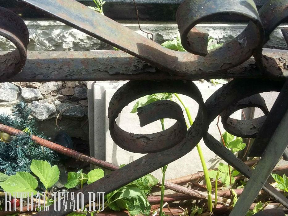 Снятие старой краски с могильной ограды, окраска