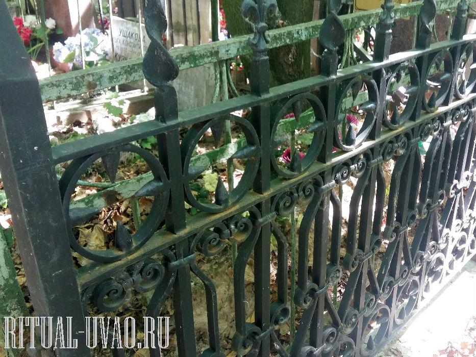 После двух лет оградка покрылась ржавым налетом