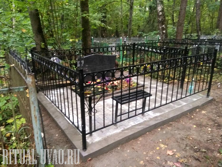 Высокая ограда на могилу с цоколем и плиткой.