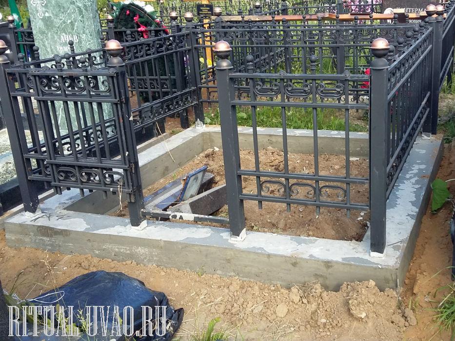 Монтаж оградки в цементный цоколь.
