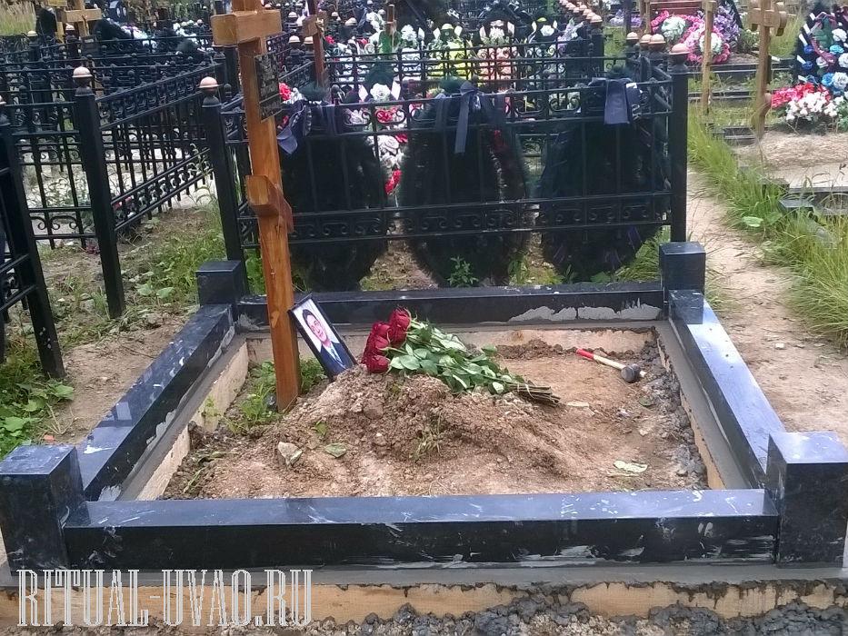 Гранитный цоколь на фундаменте на могилу.