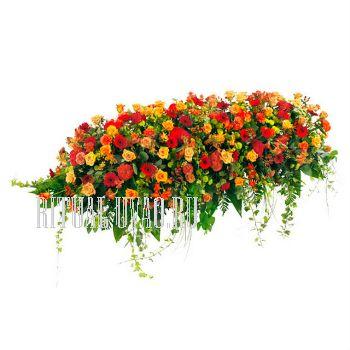 Композиция из живых цветов на гроб.