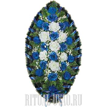 Венок траурный с бело-голубой композицией