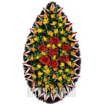 Насыщенный цветом похоронный венок на возложение