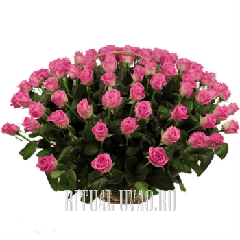 Недорогая корзина с розовыми Розами