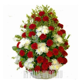 Корзина с красными Гвоздиками и Хризантемами