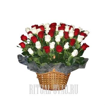 Корзины с белыми и красными Розами