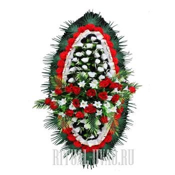 Траурный венок с красными и белыми розочками
