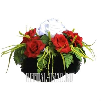 Клумба на могилу из цветов
