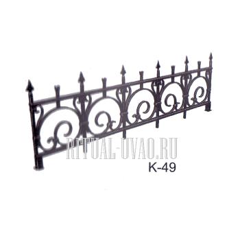 Невысокая ритуальная ограда с пиками