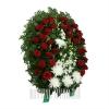 Цветы сплетенные в венок на кладбище