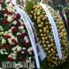 Натуральные цветы в траурном венке