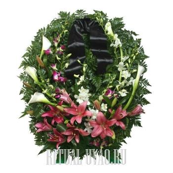 Цветы сплетенные в венок на могилу